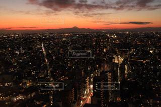 夕暮れ時の都市の眺の写真・画像素材[2803638]