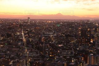 夕暮れ時の都市の眺めの写真・画像素材[2803639]