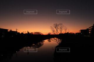 川に沈む夕日の写真・画像素材[2874997]