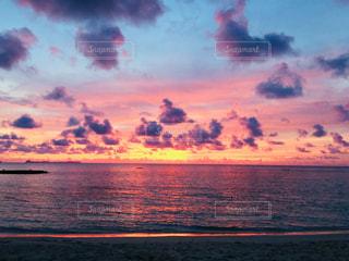 海辺の夕陽の写真・画像素材[2371225]