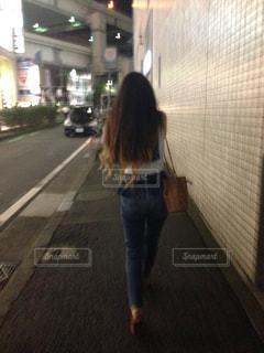 街を歩く女性の後ろ姿の写真・画像素材[1432794]
