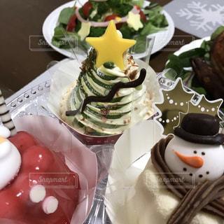 テーブルの上に座っているケーキの写真・画像素材[1528844]