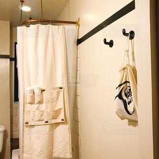 白い壁の部屋の写真・画像素材[1433895]