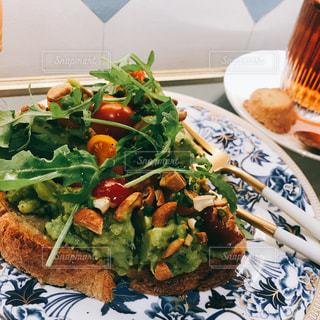 テーブルの上に食べ物のプレートの写真・画像素材[1652740]