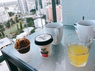 テーブルの上のコーヒー カップの写真・画像素材[1652774]