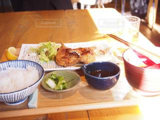 木製テーブルの上に座って食品のボウルの写真・画像素材[1706881]