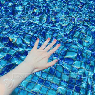 水のプールにいる女性の写真・画像素材[2276649]