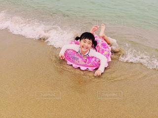 波と女の子の写真・画像素材[1435456]