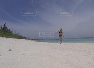 砂浜の上に立っているビキニ女性の写真・画像素材[1436423]