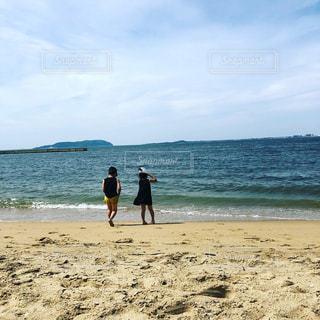 ビーチに立っているこどもの写真・画像素材[1436426]