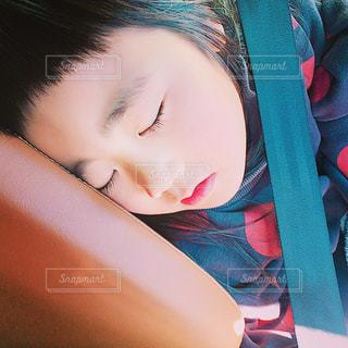 車でお昼寝の写真・画像素材[1436466]