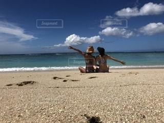 ビーチでポーズする女性2人の写真・画像素材[1462942]