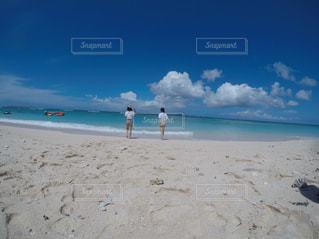 ビーチの女性2人の写真・画像素材[1462944]