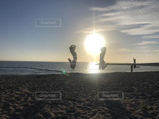 ビーチでジャンプする女性達の写真・画像素材[2291799]