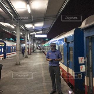 深夜列車出発のホームの写真・画像素材[1435027]