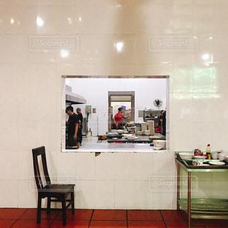 厨房を覗いてみるの写真・画像素材[1438437]