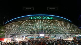 バック グラウンドで東京ドームの人々 でいっぱいスタジアムの写真・画像素材[1437757]