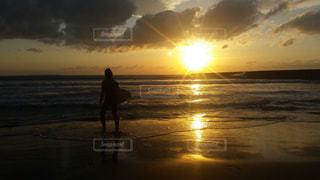 海へ向かうサーファーの写真・画像素材[1449399]
