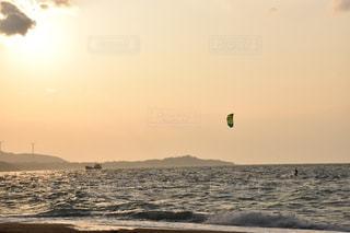 夕焼けにカイトサーフィンの写真・画像素材[1456170]
