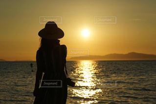 夕日を見つめるカメラ女子の写真・画像素材[2363660]