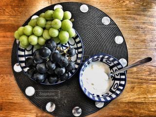 木製のテーブルの上に食べ物のプレートの写真・画像素材[1460323]