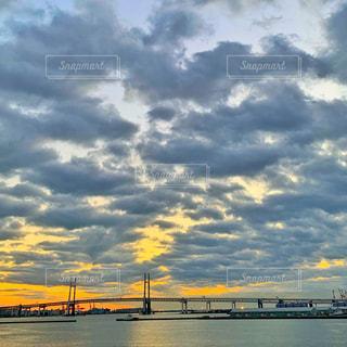水の体の上を橋を渡る列車の写真・画像素材[1698769]