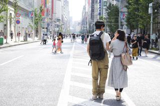 街の通りを歩く人々のグループの写真・画像素材[2436288]