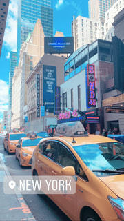 街の通りに駐車した車の写真・画像素材[2447541]