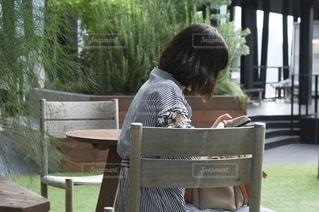 テーブルに座っている人の写真・画像素材[2680545]