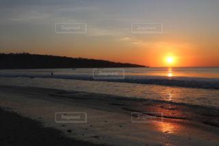 バリのビーチに沈む夕日の写真・画像素材[1443939]