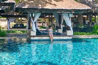 バリのプールに腰掛ける水着の女性の写真・画像素材[1443942]