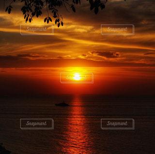 プーケットの海に沈む夕日の写真・画像素材[1701672]