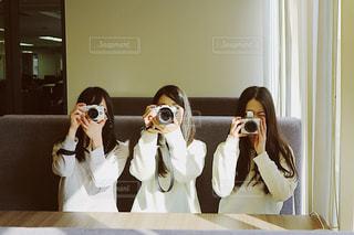 カメラを持つ女性達の写真・画像素材[1821246]