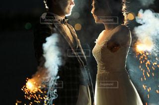 火の周りに立っている夫婦の写真・画像素材[1836231]