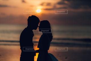 日没の前に立っている夫婦の写真・画像素材[1836245]