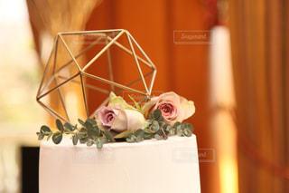 テーブルの上に座っての花で一杯の花瓶の写真・画像素材[1836301]