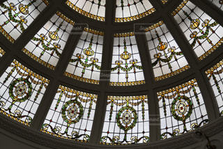 建物の側面にマウントされた大時計の写真・画像素材[1836340]