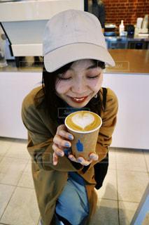 一杯のコーヒーをテーブルに着席した人の写真・画像素材[1849979]