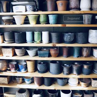 花瓶でいっぱいの棚の写真・画像素材[1849983]
