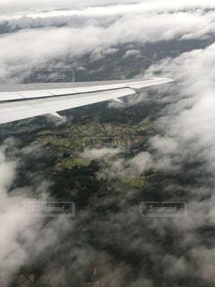 飛行機の窓の外の写真・画像素材[2936340]