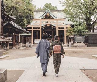 神社を歩いている男と女の写真・画像素材[2936352]
