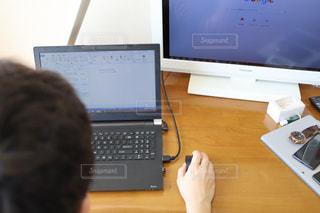 テーブルの上に座っているデスクトップコンピュータの写真・画像素材[3124066]