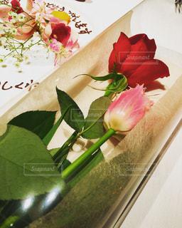 テーブルの上の花の花瓶の写真・画像素材[1437186]