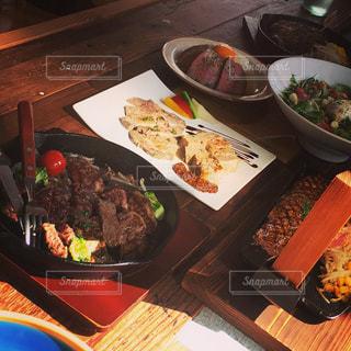 テーブルの上に食べ物のプレートの写真・画像素材[1437189]
