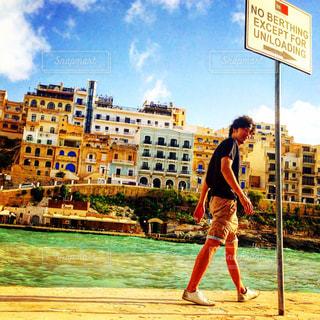 海辺を歩く人の写真・画像素材[1437190]