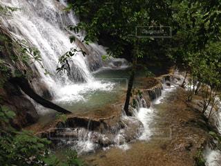 川の横にある大きな滝の写真・画像素材[1437294]