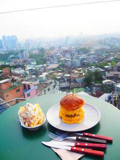 綺麗な景色を見ながらの美味しすぎるハンバーガーの写真・画像素材[1437323]