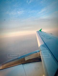 空飛ぶ飛行機からの綺麗な空の写真・画像素材[1456057]