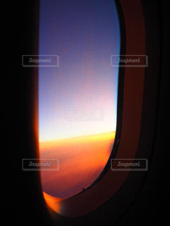 機内からのオレンジの美しい空の写真・画像素材[1529269]