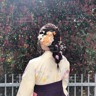 花の前に立っている女性の写真・画像素材[1875913]